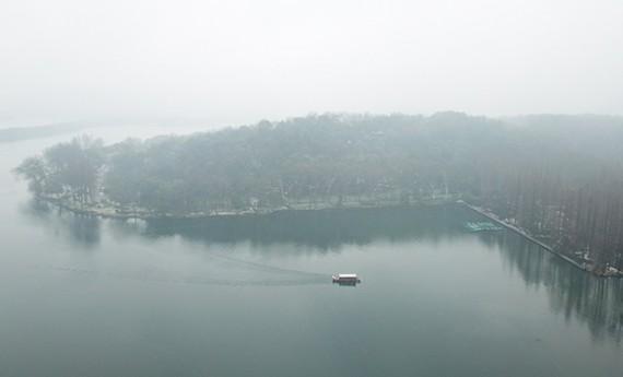 航拍雪中西湖